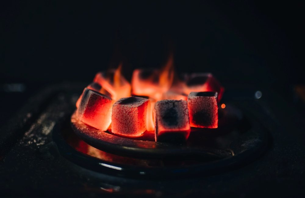 Rozgrzane do czerwoności węgle do fajki wodnej