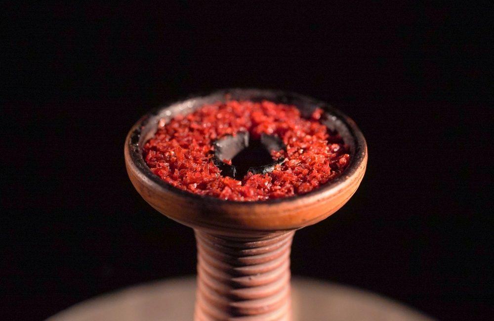 Cybuch do fajki wodnej z czerwonym tytoniem