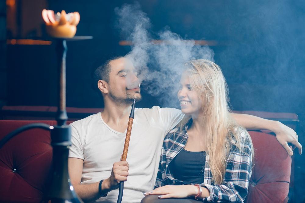 Para paląca fajkę wodną w szisza barze